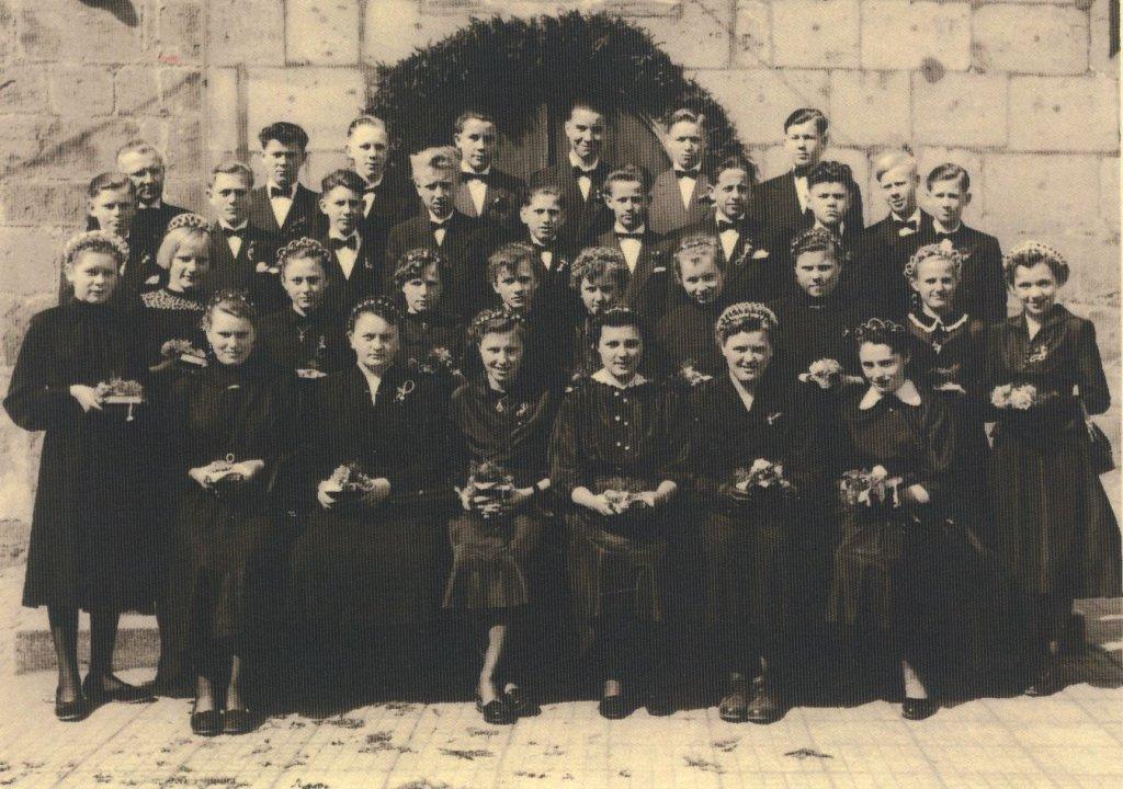 Pfr Lindner mit Konfirmanden 1955