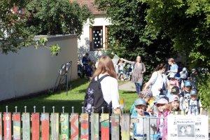Vom Vacher Markt machten sich die Kindergartenkinder auf in Richtung Schönblick